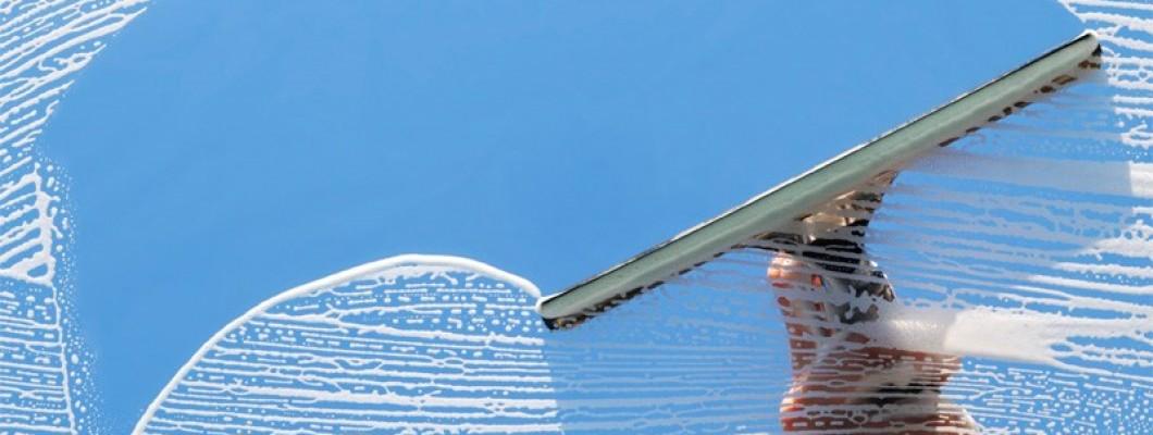 Ramen wassen met goed glasreinigingsmiddel en natuurzeem